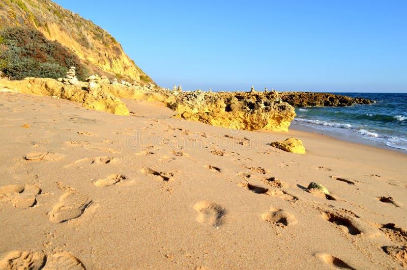 Fotspår i sand royaltyfri bild