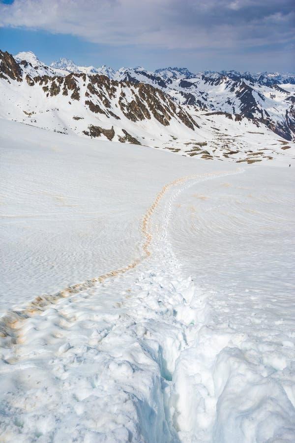 Fotspår i snö nära det Muhu passerandet, Karachay-Cherkessia ryss f?r ossetia f?r berg f?r alaniacaucasus federation nordlig fotografering för bildbyråer