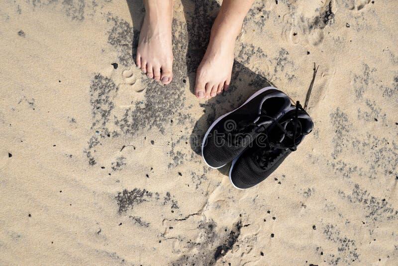 Fotspår på brun sandwiith den härliga stranden i Frankrike royaltyfria bilder