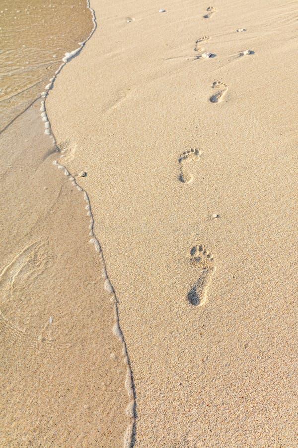 Fotspår på sand, Boracay ö, Filippinerna royaltyfri fotografi