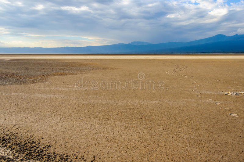 Fotspår till inifinityen på sjön Eyasi, Tanzania royaltyfri bild