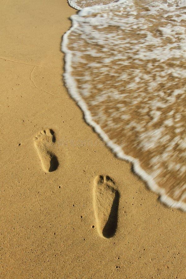 Fotspåren på sanden på Phu Quoc sätter på land royaltyfria foton