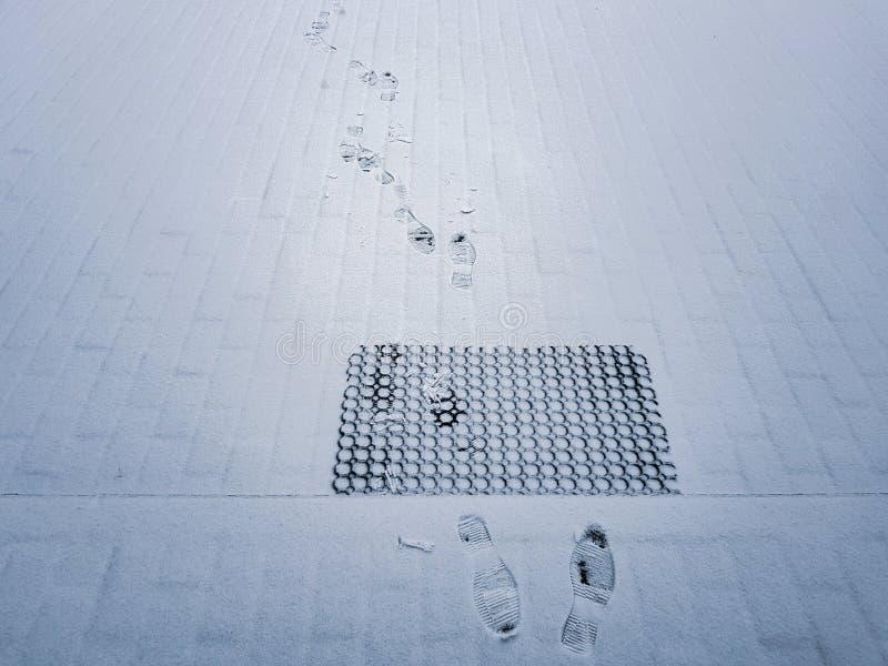 Fotsp?r p? vit sn? fotografering för bildbyråer