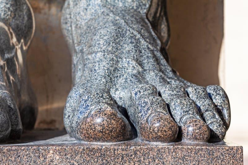 Fotstatyer av granit N?rbild arkivfoto