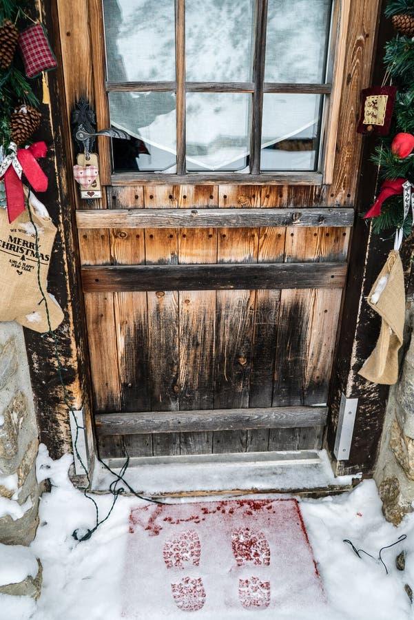 Fotsteg i insnöad framdel av en dörr royaltyfria bilder