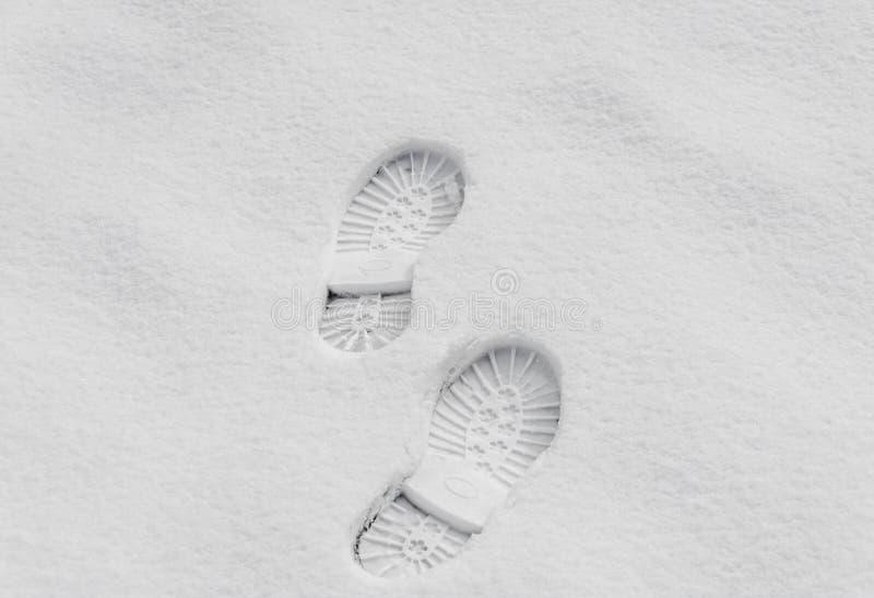 Fotsteg i snön, kängafläckslut upp utomhus- royaltyfri bild