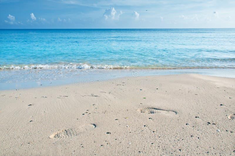 Fotsteg på sanden av en kubansk strand arkivfoto