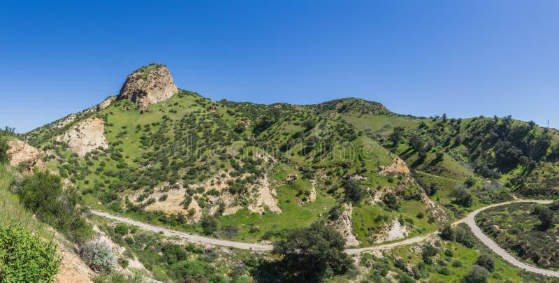 Fotvandra banor till och med den gröna dalen royaltyfria bilder