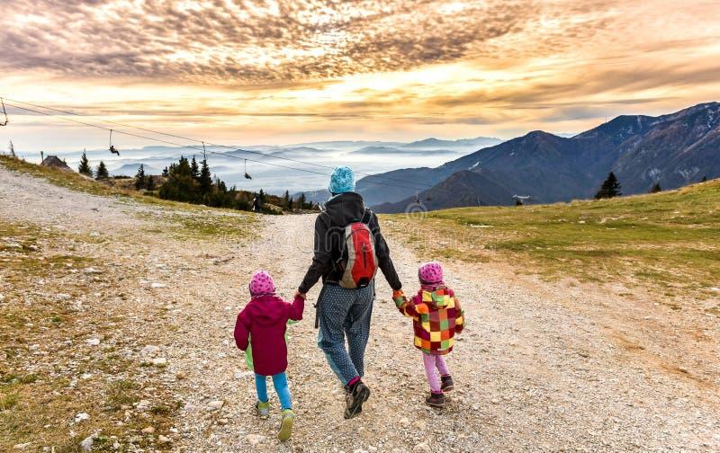 fotvandra berg för familj arkivbild