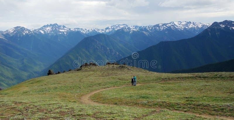 fotvandra bergtoppmötetrail arkivfoto
