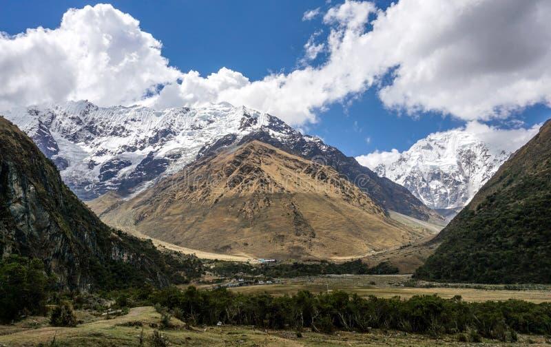 Fotvandra den Salkantay bergvandringen arkivbilder
