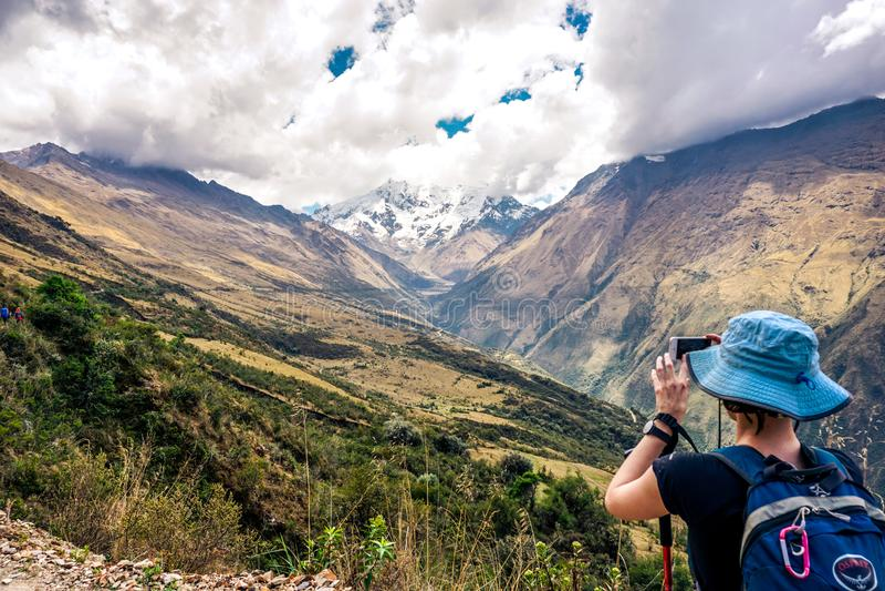 Fotvandra den Salkantay bergvandringen royaltyfria foton