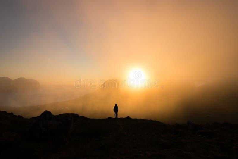 Fotvandra för midnatt sol royaltyfri foto