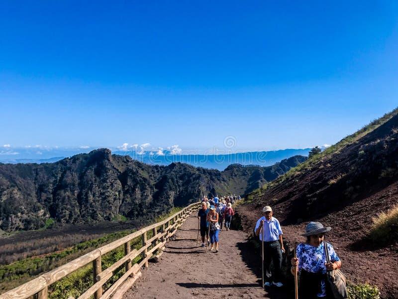 Fotvandra gruppen som stiger till Mount Vesuvius i Naples arkivfoton