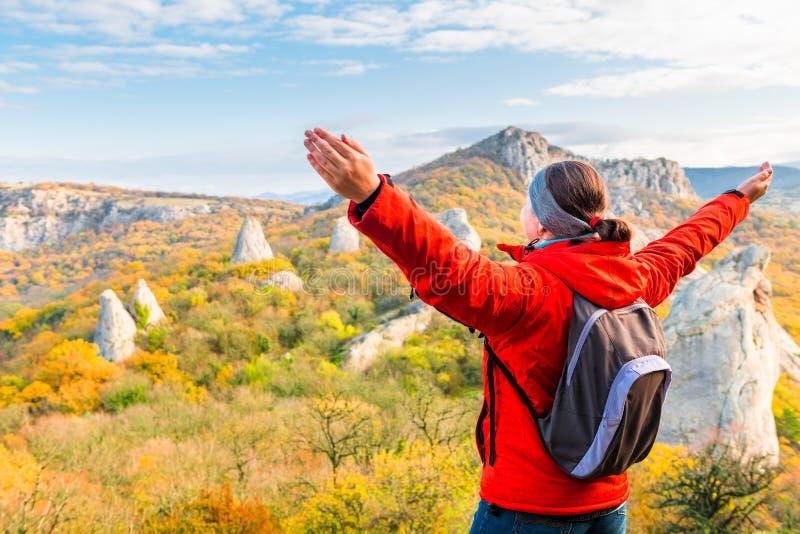 Fotvandra i bergen, en handelsresande som beundrar höstberget arkivfoton