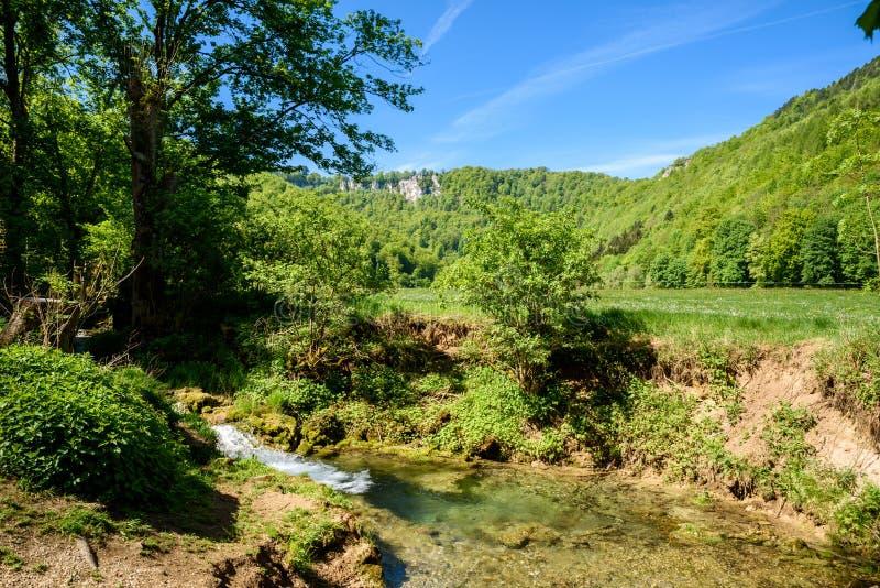 Fotvandra i h?rligt landskap av d?liga Urach, Swabian Alb, Baden-Wuerttemberg, Tyskland, Europa royaltyfri foto