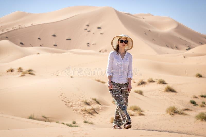 Fotvandra i Sahara royaltyfria bilder