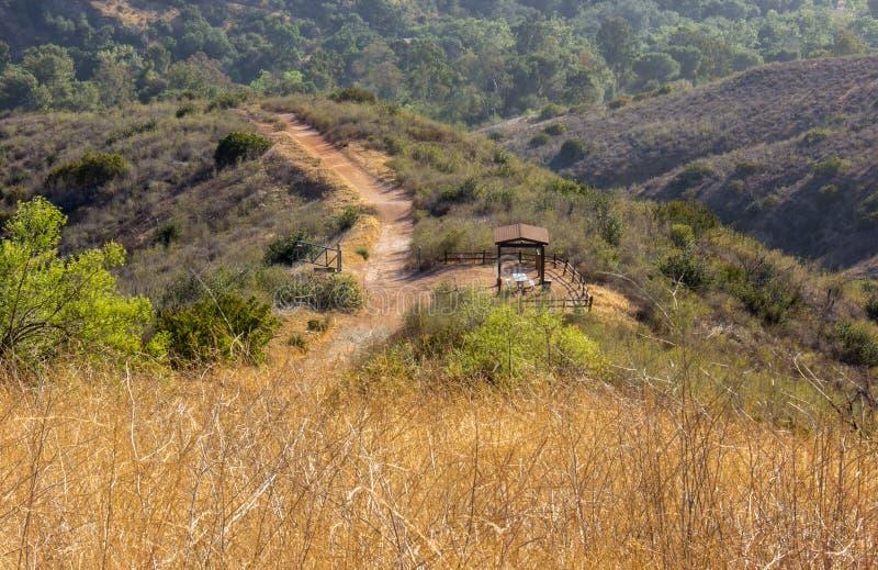 Fotvandra i Santiago Oaks Regional Park royaltyfri foto