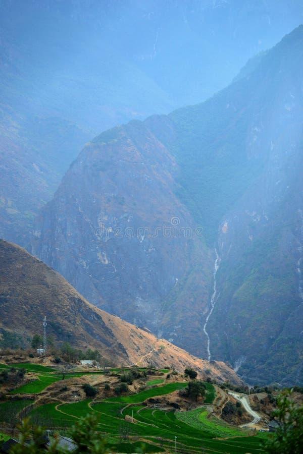 Fotvandra i Tiger Leaping Gorge Berg och flod Mellan Xianggelila och den Lijiang staden Yunnan landskap, Tibet, Kina royaltyfri foto