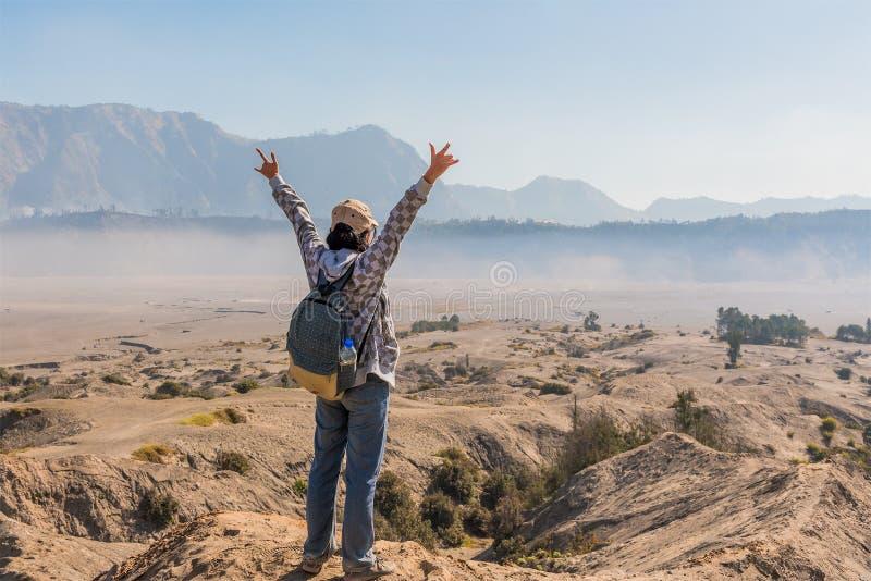 Fotvandra kullen för kvinna överst och lyckligt när nådd toppmöte av kullen royaltyfri bild