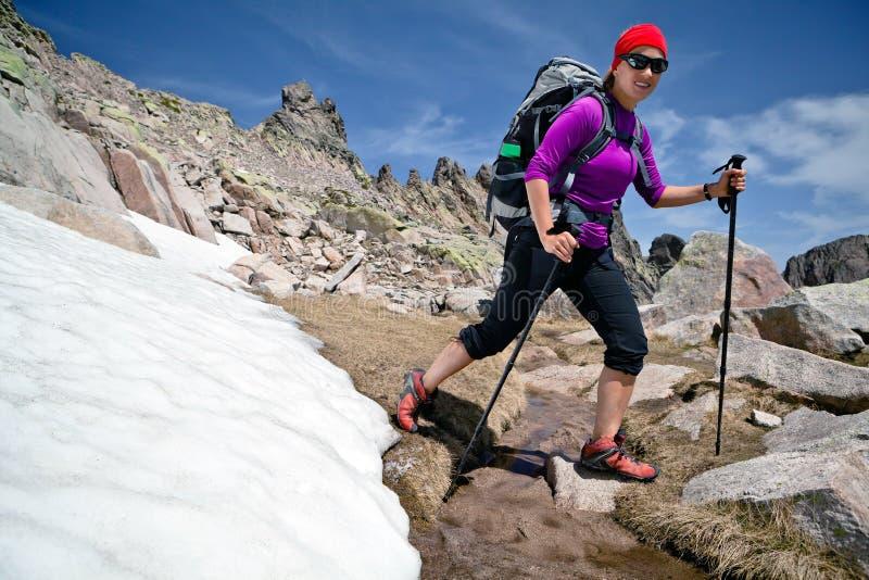 Fotvandra kvinna i berg med snow fotografering för bildbyråer