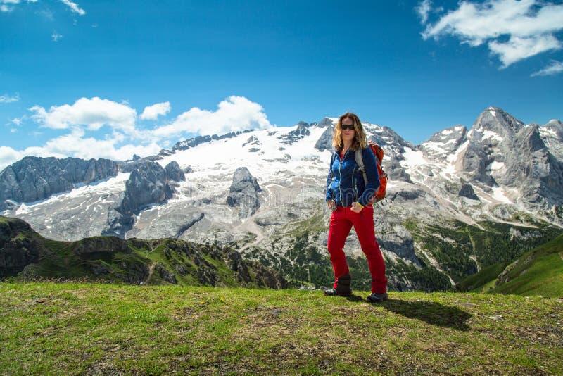 Fotvandra kvinnan i fjällängarna, Dolomites, Italien royaltyfri foto