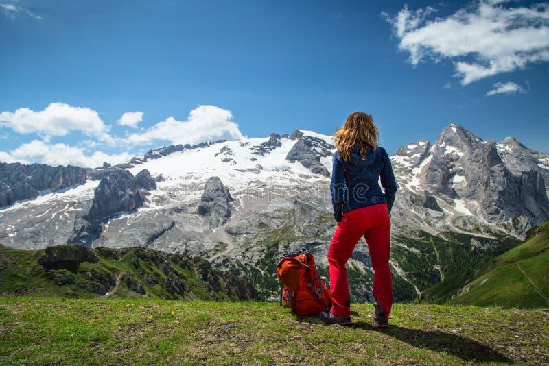 Fotvandra kvinnan i fjällängarna, Dolomites, Italien royaltyfri fotografi