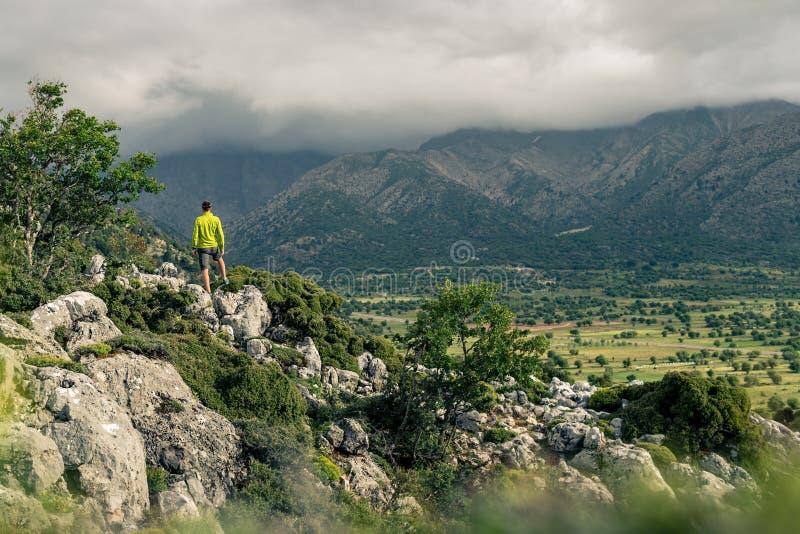 Fotvandra mannen som ser härliga berg arkivbild