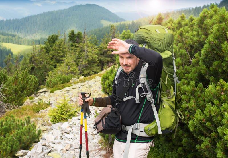 Fotvandra manståenden med ryggsäcken arkivfoto