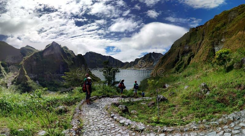Fotvandra ner till Mt Pinatubo krater arkivfoton