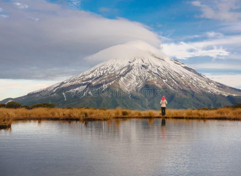 Fotvandra på den majestätiska Mten Taranaki, Egmont nationalpark, Nya Zeeland royaltyfri fotografi