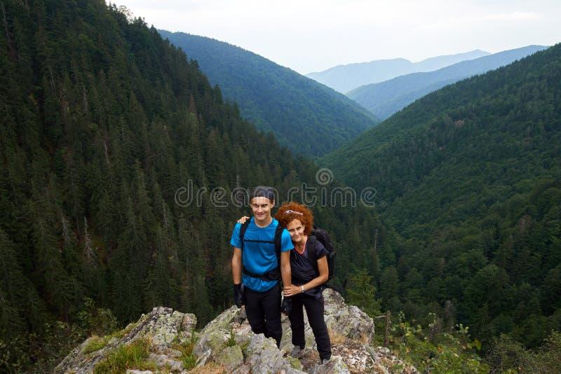 Fotvandra på en bergslinga tillsammans royaltyfria bilder