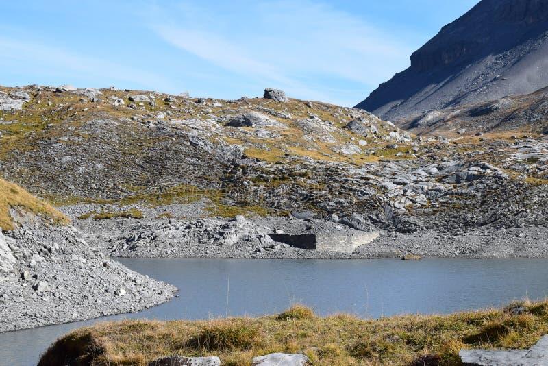 Fotvandra på Gemmipassen, med sikten av Daubenseen, Schweiz/Leukerbad fotografering för bildbyråer