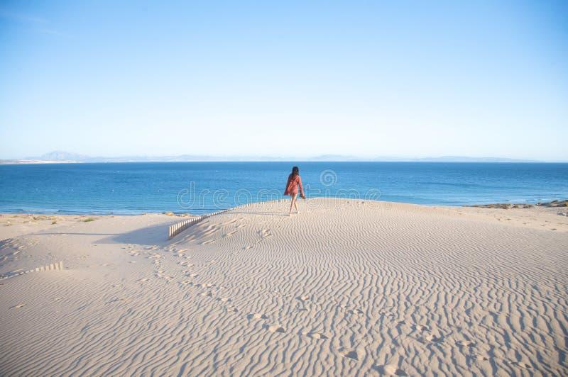 Fotvandra på tarifa sanddyner royaltyfri fotografi