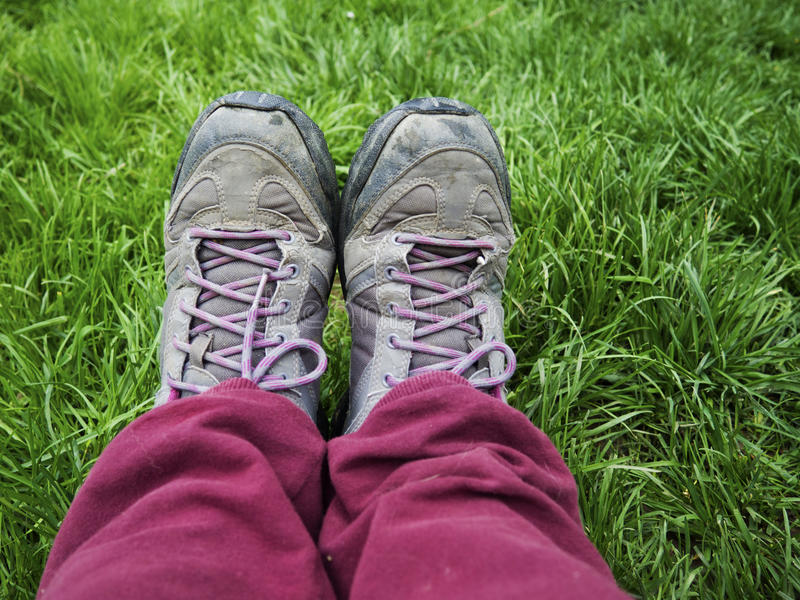 fotvandra skor fotografering för bildbyråer