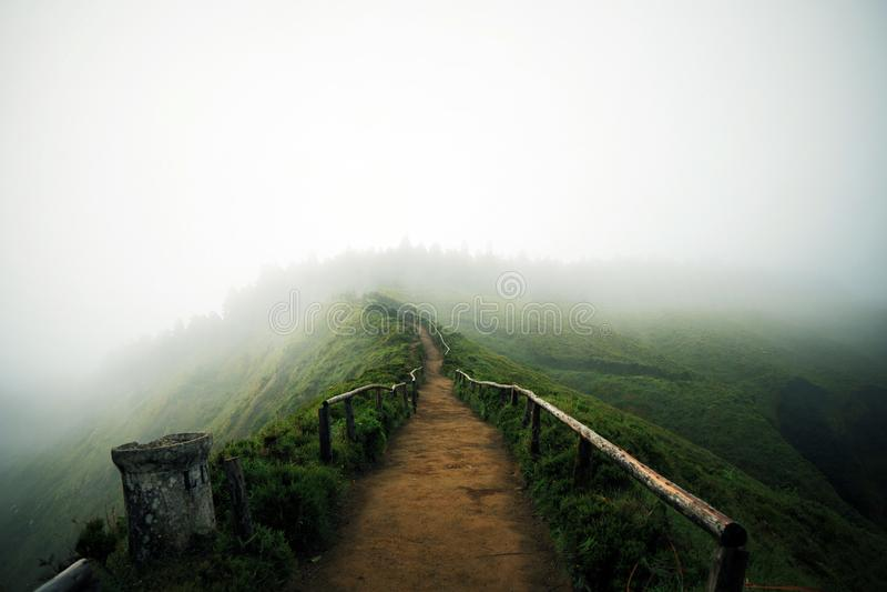 Fotvandra slinga i Azores royaltyfri fotografi