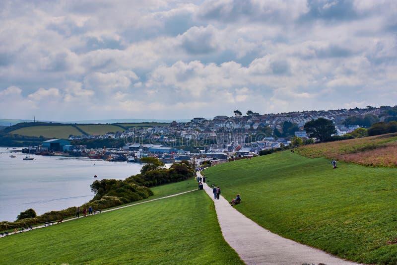 fotvandra slinga och sikt över Padstow, norr Cornwall arkivfoton