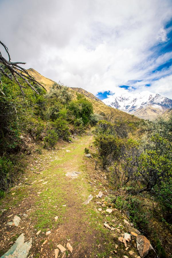 Fotvandra slingacuscoen Peru arkivbilder