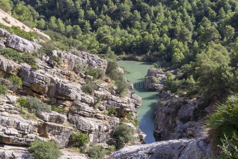 Fotvandra slingan Caminito del Rey Sikt av klyftan av Gaitanes i El Ch royaltyfri bild