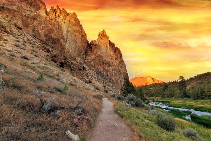 Fotvandra slingan på den Smith Rock State Park centralen oregon royaltyfria bilder