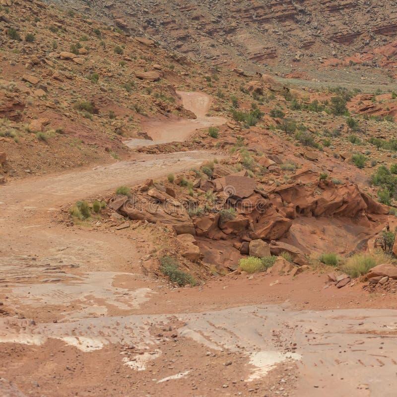 Fotvandra slingan på en ojämn röd klippa i Moab Utah arkivbilder