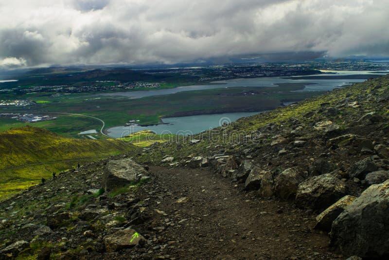 Fotvandra slingan på monteringen Esja, Island royaltyfria foton