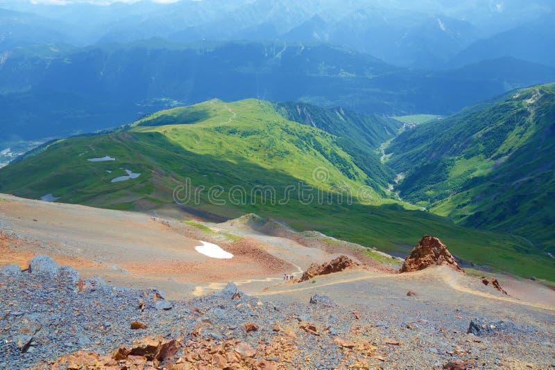 Fotvandra slingan som leder från Koruldi sjöar för att montera den Ushba glaciären i Kaukasus berg, övreSvaneti region, Georgia arkivbilder