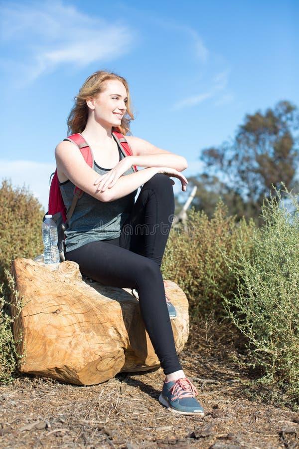 fotvandra tagen kvinna för bergbild polermedel royaltyfri fotografi