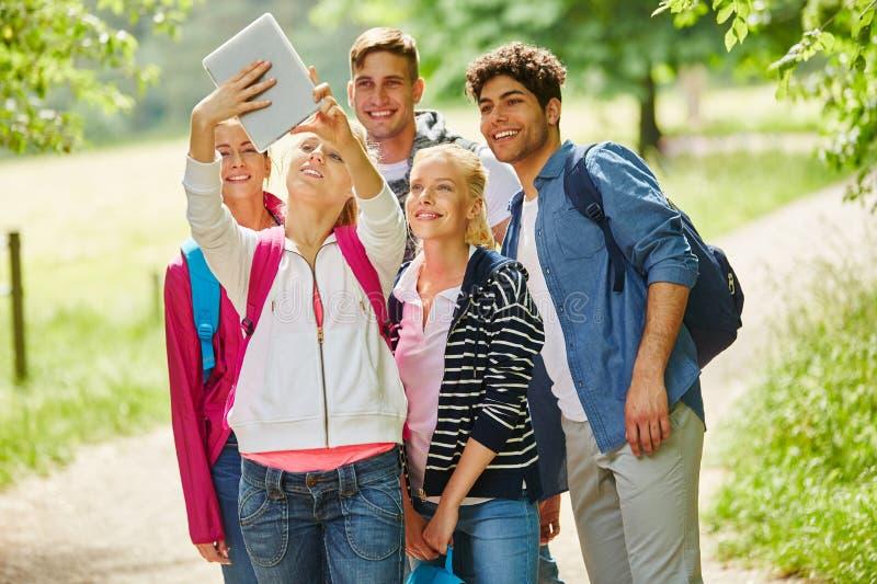 Fotvandra talande selfie för grupp arkivbild