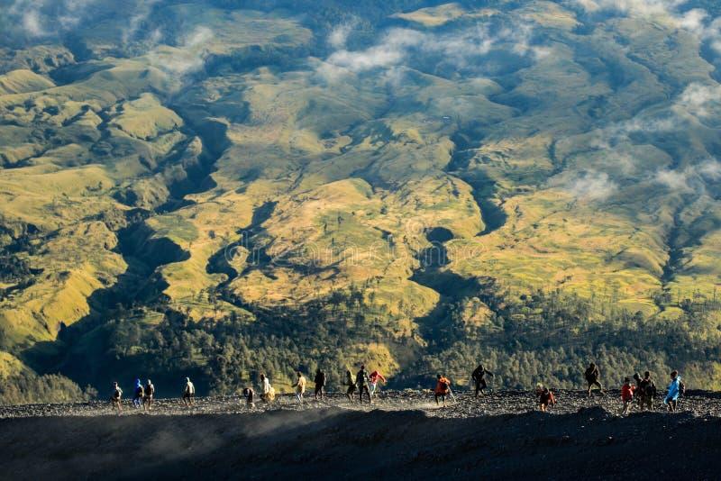 Fotvandra till toppmötet av Mt Rinjani, Lombok arkivbilder