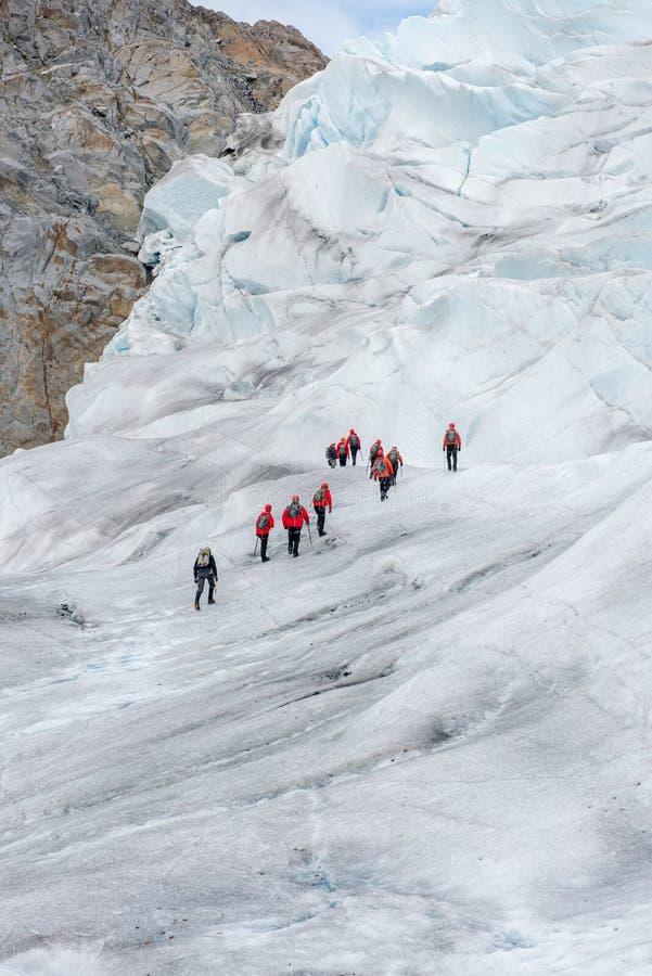 Fotvandra upp en glaciär i en avlägsen del av en glaciär royaltyfri fotografi