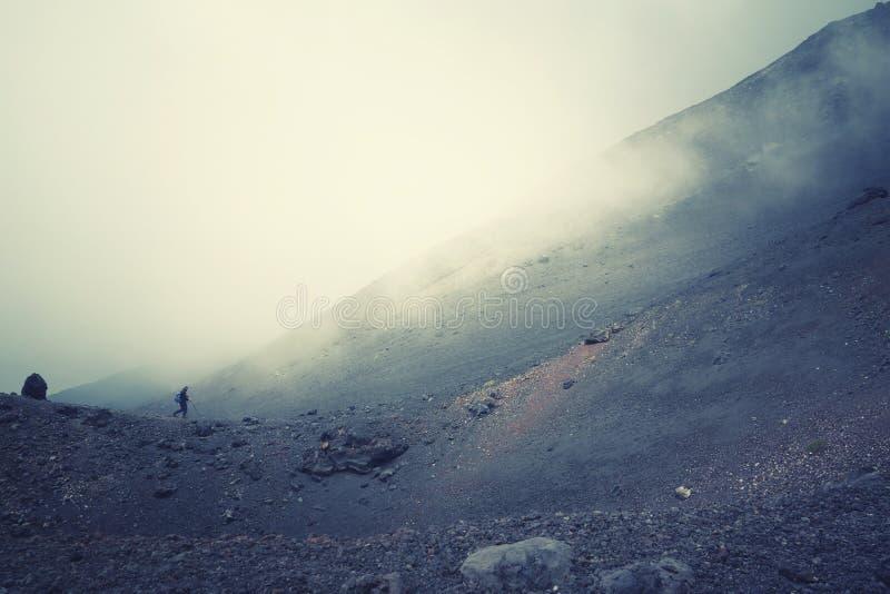 Fotvandra upp Mt Edna i Sicilien, Italien royaltyfri bild