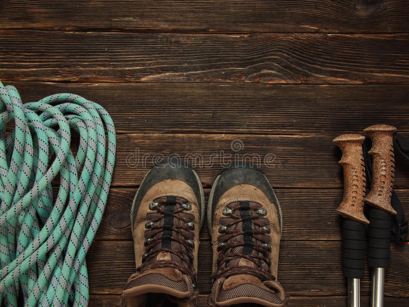 Fotvandra utrustning på mörk träbakgrund, bästa sikt Frihet c royaltyfri bild