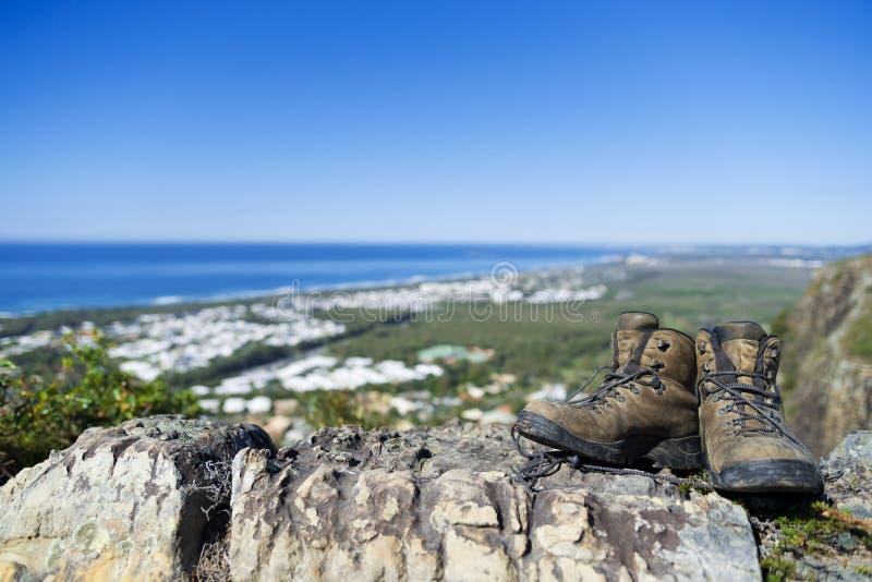Fotvandra vaggar kängor på berget arkivfoto